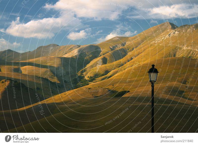 keine Kollage :) Natur Einsamkeit Berge u. Gebirge Landschaft Umwelt Romantik Italien Hügel Gipfel Laterne Sonnenuntergang Surrealismus Grasland Steppe Morgen