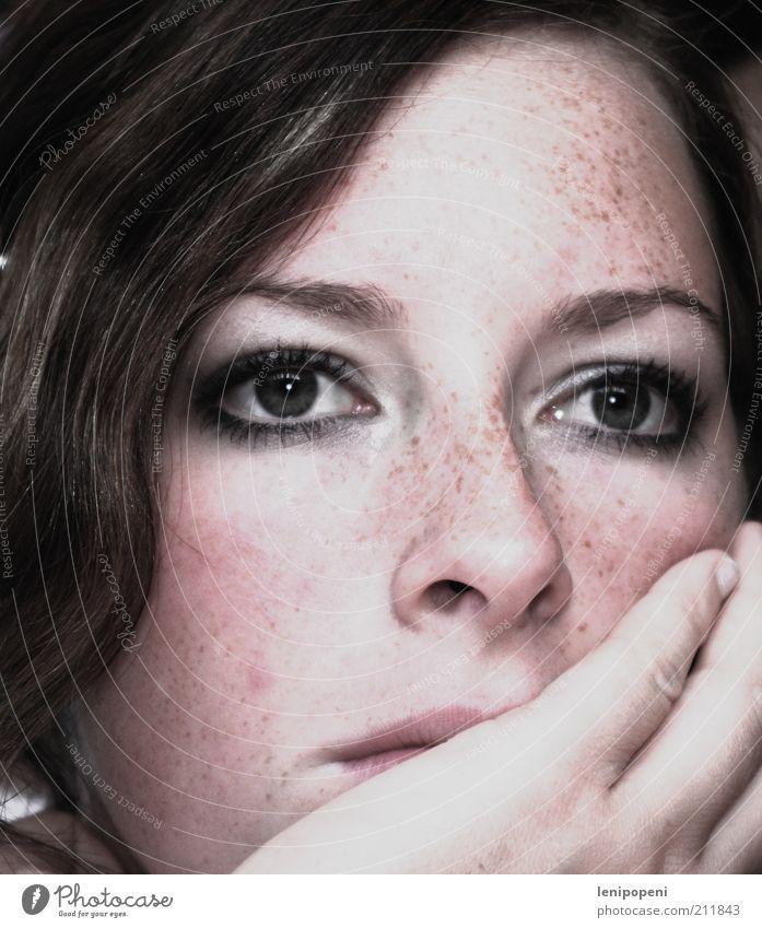 denk, würdig. Mensch feminin Junge Frau Jugendliche Kopf Gesicht Auge Nase Hand Denken Blick träumen Traurigkeit natürlich Gefühle Stimmung Mitgefühl Sorge