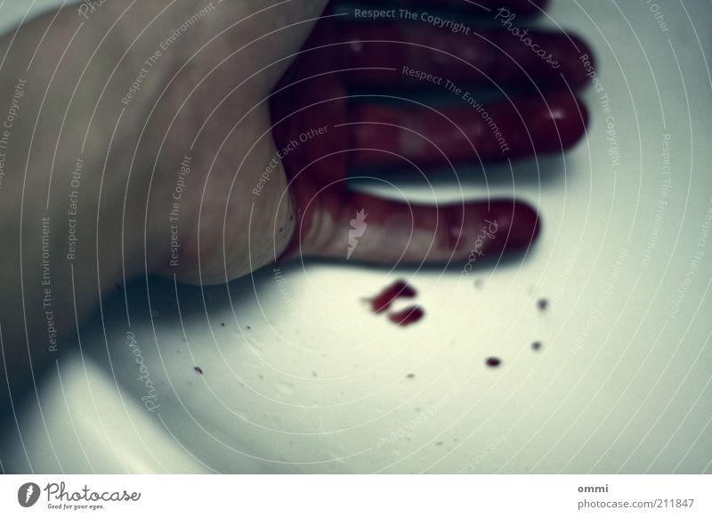 Nicht für Kinder unter 3 Jahren geeignet Hand weiß rot Haut Finger authentisch Tropfen bedrohlich Schmerz Blut Unfall Unschärfe Waschbecken Wunde Schnittwunde