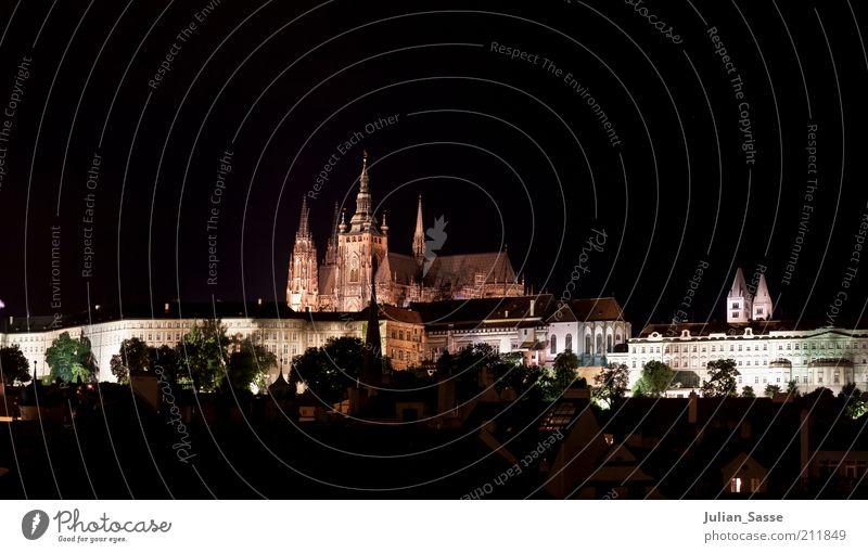 Hradschin bei Nacht Stadt Hauptstadt Stadtzentrum Altstadt Turm Bauwerk Gebäude Architektur Sehenswürdigkeit Wahrzeichen alt Prag Ratschin Nachtaufnahme