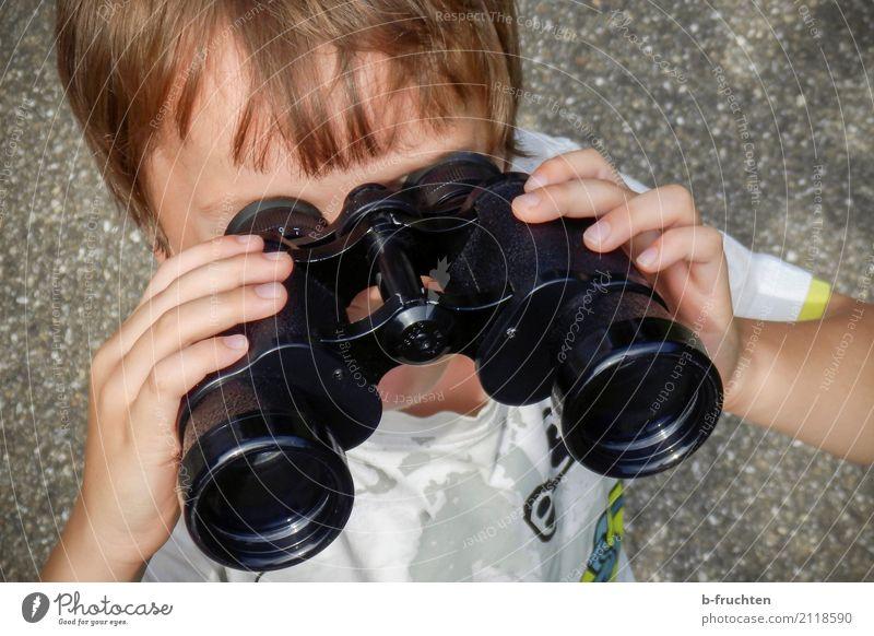 Mal sehen! Kind Kopf Hand 3-8 Jahre Kindheit Straße festhalten Blick Fernglas Voyeurismus Fensterblick Aussicht Teleskop wandern Abenteuer Freude Farbfoto