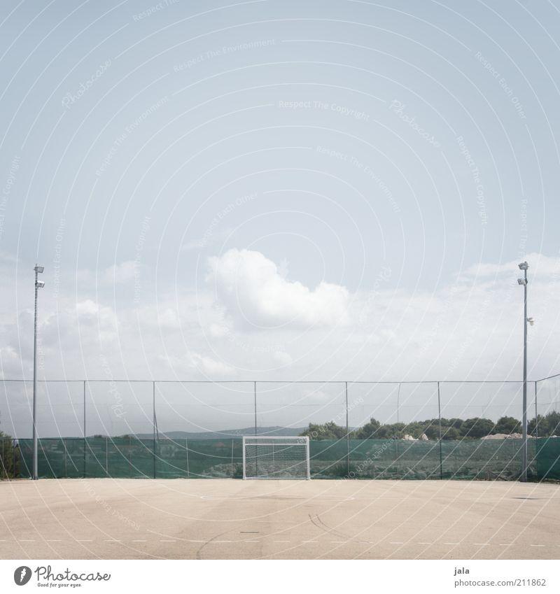 kick off Freizeit & Hobby Sport Ballsport Fußball Fußballplatz Tor Wolken Zaun groß hell Farbfoto Gedeckte Farben Außenaufnahme Menschenleer Textfreiraum oben