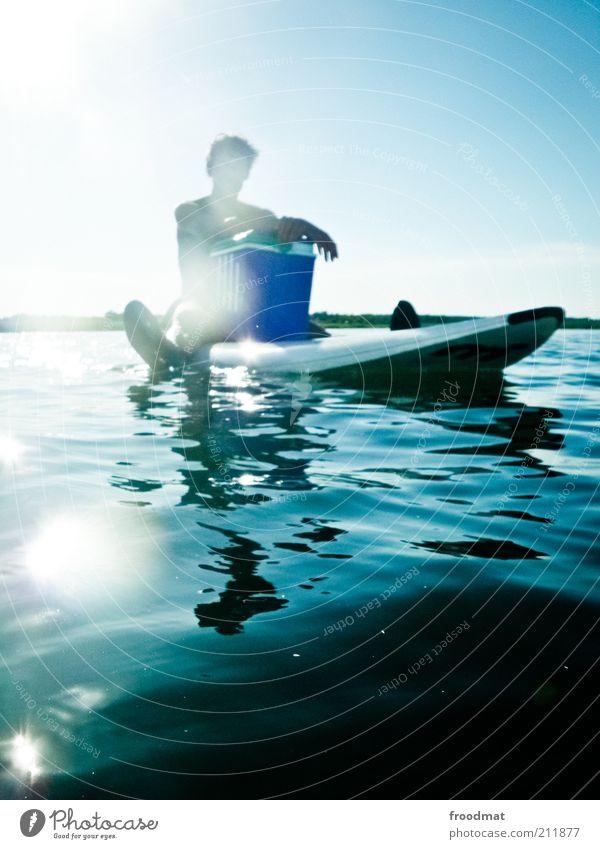 picknicker Wassersport Mensch maskulin Junger Mann Jugendliche Erwachsene Coolness Freude Lebensfreude Gelassenheit ruhig Pause Kühlbox Surfbrett sitzen