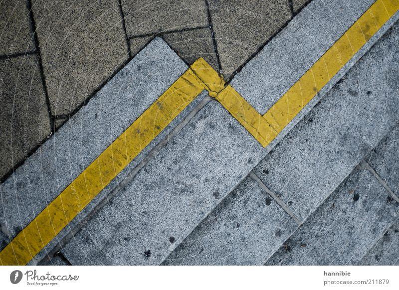 Tendenz: steigend Stadt gelb Straße grau Stein dreckig Beton Treppe Asphalt Bürgersteig diagonal Textfreiraum links Steinplatten Markierungslinie Steinweg