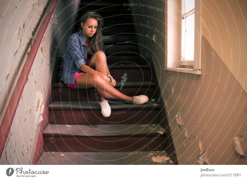 #211881 Frau Mensch Jugendliche schön Haus Leben Erholung Wand Gefühle Fenster träumen Traurigkeit Gebäude Denken Schuhe warten