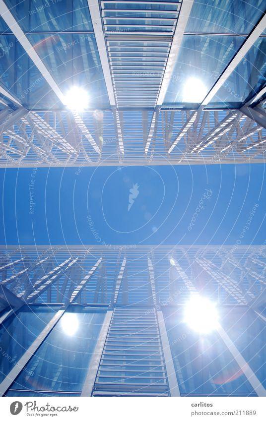 Doppelbelichtete Sonnenspiegelung Himmel weiß blau Sommer Ferne Wärme Zufriedenheit Metall glänzend Glas Design Fassade Perspektive ästhetisch