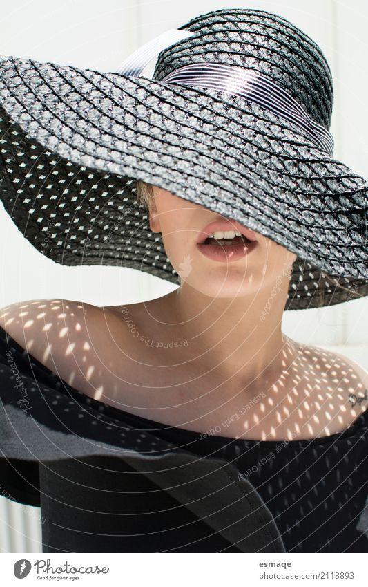 Mädchen mit großem Hut und Sonne elegant Stil schön Haut Sommer feminin Mund Lippen Coolness modern schwarz Frau Lippenstift Sombra verano Sommerurlaub