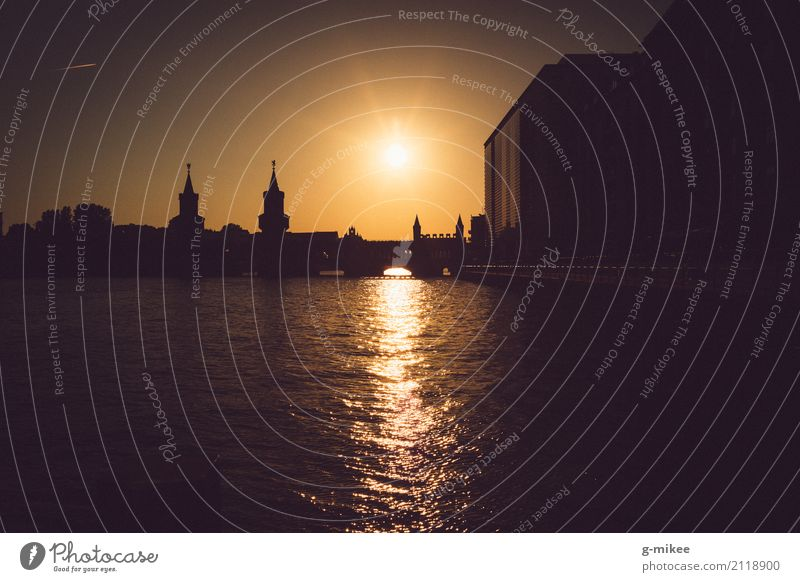 Oberbaumbrücke Fluss Stadt Brücke Sehenswürdigkeit Wahrzeichen Wärme Silhouette Sonnenuntergang Reflexion & Spiegelung Wasser Berlin Farbfoto Außenaufnahme