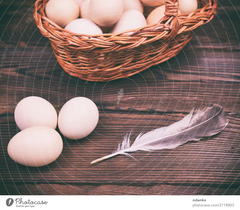 Rohe Hühnereier Natur Essen natürlich Holz oben frisch Feder Tisch Ostern Bauernhof Frühstück Tradition Diät zerbrechlich Korb roh