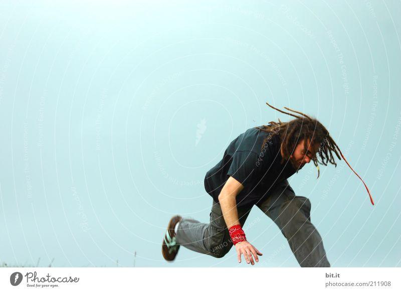 ein bisschen Pogo tanzen Himmel Jugendliche blau Erwachsene Bewegung Haare & Frisuren springen Luft Feste & Feiern Tanzen maskulin Show T-Shirt Kultur Jeanshose