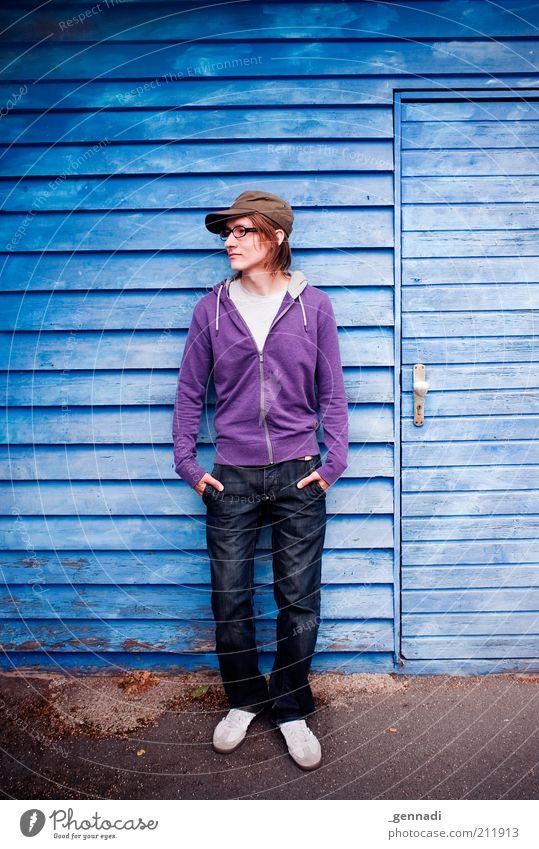 ABWARTEN Mensch Mann Jugendliche blau Erwachsene Wand Mode Fassade warten maskulin stehen Coolness Bekleidung Brille Autotür Jeanshose