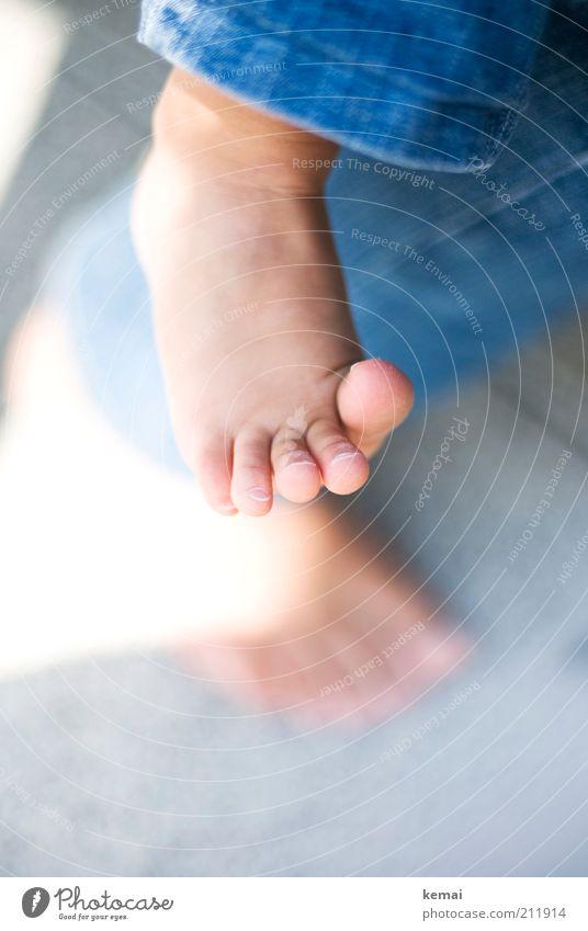 Füße Mensch Kind blau klein Fuß Kindheit Baby niedlich Jeanshose zart Kleinkind Hose Barfuß Zehen zierlich Saum