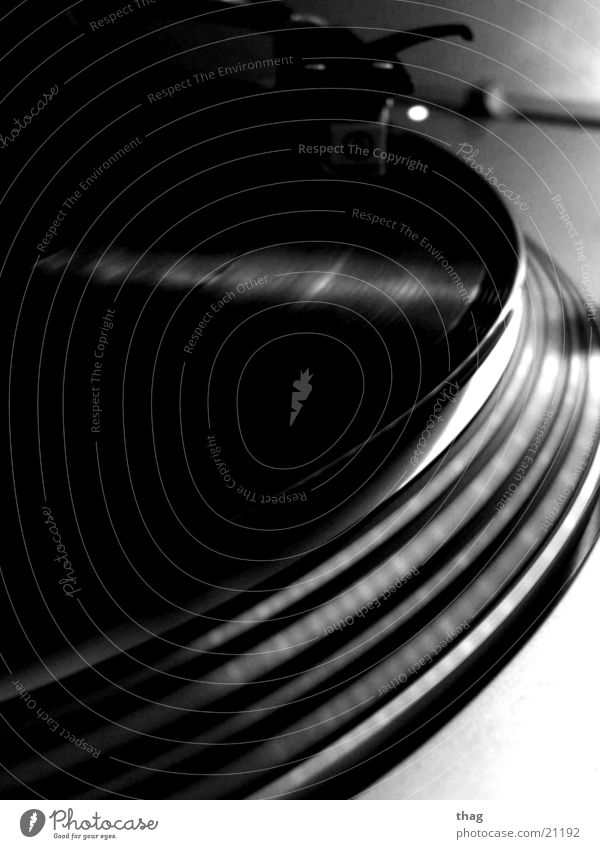 dark beatz Plattenspieler Schallplatte Plattenteller Tonabnehmer Diskjockey Omnitronic Entertainment turntable Schwarzweißfoto turntablism Technik & Technologie