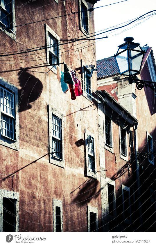 wenn die schatten länger werden Stadt Ferien & Urlaub & Reisen Haus Lampe Wand Fenster Mauer frei Fassade Kabel Schutz Häusliches Leben Lebensfreude Sehnsucht