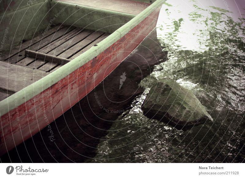 Am Ufer Umwelt Natur Landschaft Pflanze Sommer Klima Schönes Wetter Küste Seeufer Flussufer Bootsfahrt Fischerboot Ruderboot Stein Wasser Bewegung warten