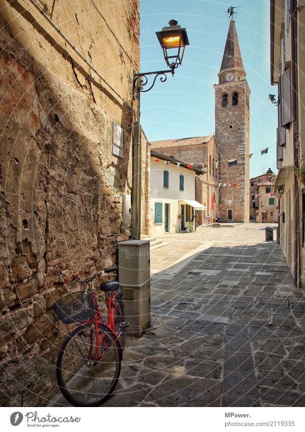 italienisches dorf Dorf Menschenleer Haus Kirche Dom Bauwerk Gebäude Mauer Wand Sehenswürdigkeit Wahrzeichen Denkmal alt Italien rot Fahrrad Laterne Stein