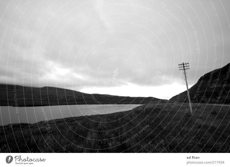 düster Natur Wolken Regen Gras Hügel Seeufer Schottland Menschenleer Strommast dunkel trist stagnierend Stimmung Schwarzweißfoto Textfreiraum oben Wolkendecke