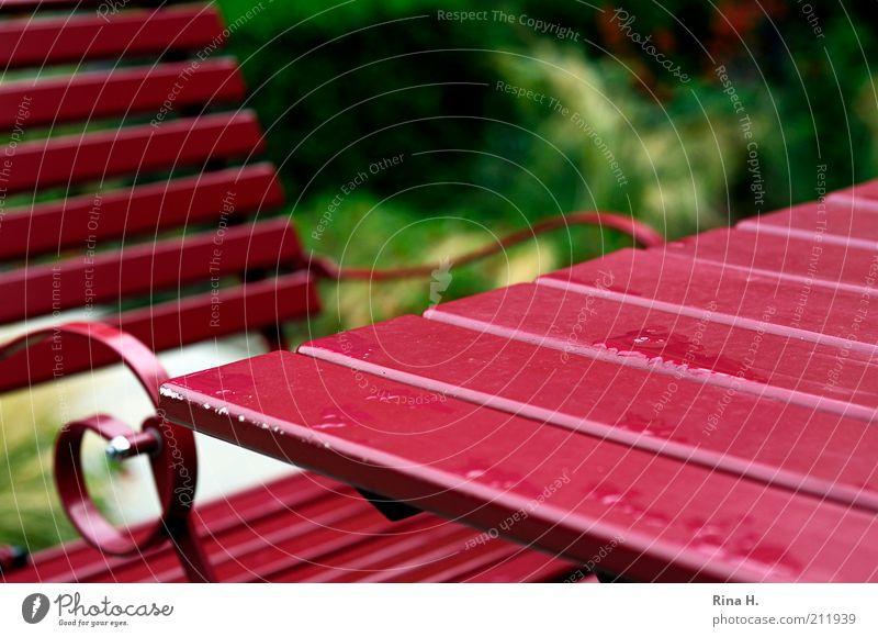 Sommerregen Garten Stuhl Tisch Terrasse nass rot Regen Farbfoto Außenaufnahme Menschenleer Textfreiraum rechts Schwache Tiefenschärfe ruhig Ruhepunkt