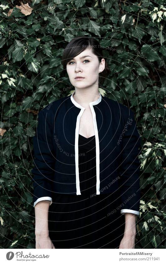 Stillstand Mensch Natur Jugendliche schön grün blau kalt feminin Denken Stimmung Mode authentisch Frau Jacke Vergangenheit