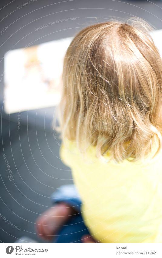 Buch anschauen Freizeit & Hobby Spielen Häusliches Leben Mensch Kind Kleinkind Mädchen Kindheit Kopf Haare & Frisuren Rücken 1 1-3 Jahre hell gelb sitzen Locken
