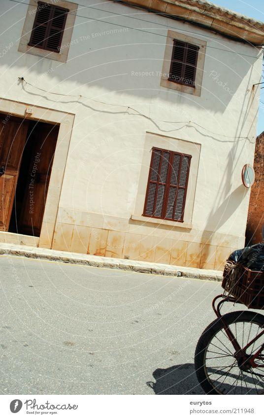 Drahtesel Sommer Dorf Kleinstadt Altstadt Menschenleer Haus Bauwerk Gebäude Mauer Wand Fassade Verkehr Verkehrswege Straßenverkehr Fahrrad Bewegung fahren