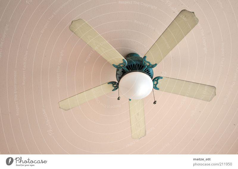 Nostalgie Wind von der Decke mit Licht Dekoration & Verzierung Lampe Ventilator Deckenbeleuchtung Luft Klima drehen alt Design Holz Farbfoto Innenaufnahme