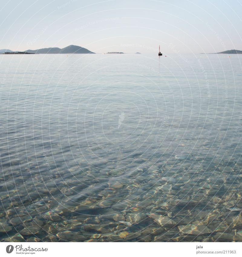 windstill Wasser Meer blau Sommer ruhig Ferne Berge u. Gebirge Stein Landschaft Küste frei Segelboot Kroatien friedlich Wasserfahrzeug Wasseroberfläche
