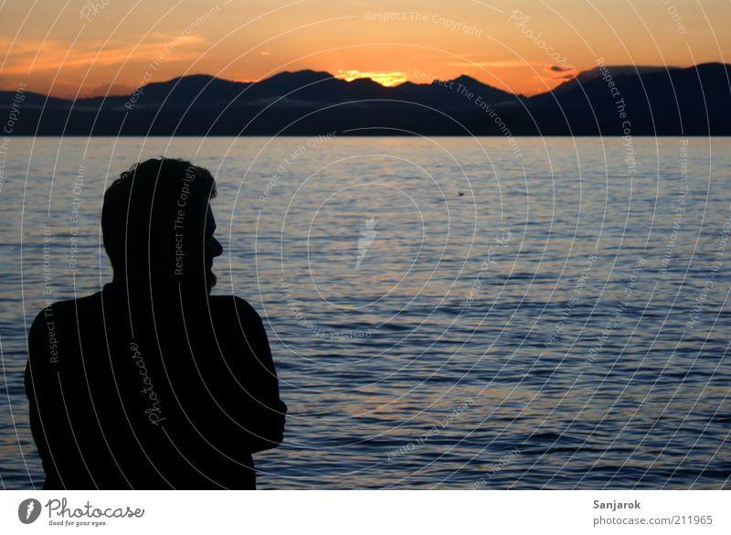 Sehnsucht auf italienisch Mensch Mann Wasser Sommer Einsamkeit ruhig Erwachsene Ferne Berge u. Gebirge Gefühle Freiheit Glück See Denken Stimmung Zufriedenheit