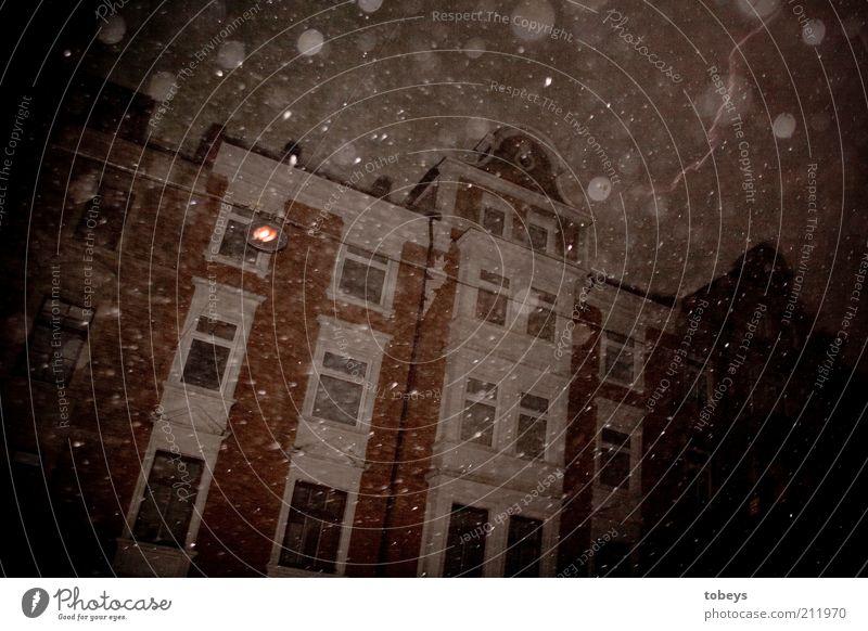 gloomy Kleinstadt Stadt Menschenleer Haus Fenster Dach gruselig kalt Gefühle Stimmung Angst Schneefall Winter Sturm Klima Farbfoto Gedeckte Farben Außenaufnahme
