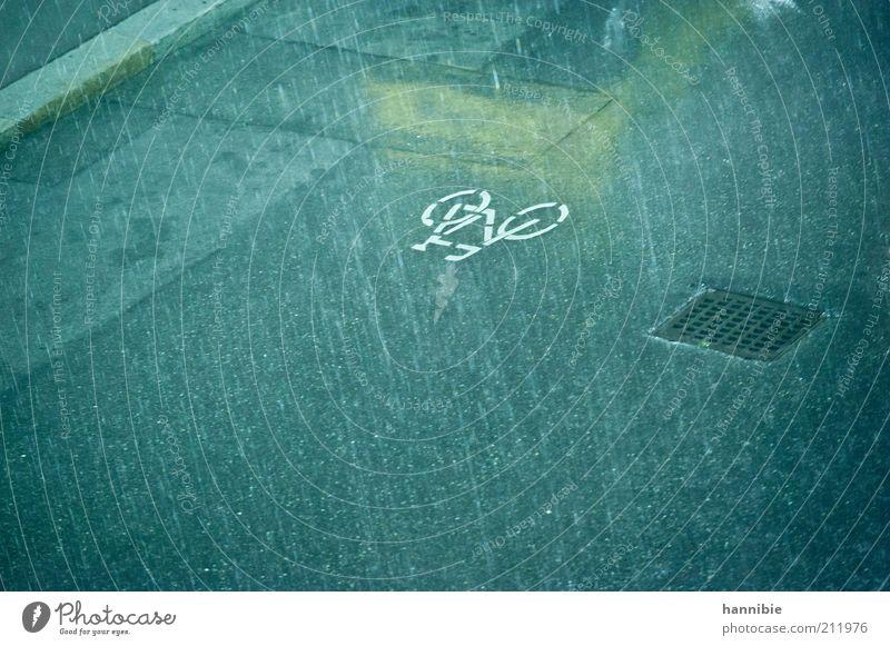 Stadtsommer 2010 blau gelb Straße grau Regen Fahrrad nass Asphalt Verkehrswege Gully Piktogramm Verkehrsschild schlechtes Wetter Verkehrszeichen Fahrradweg