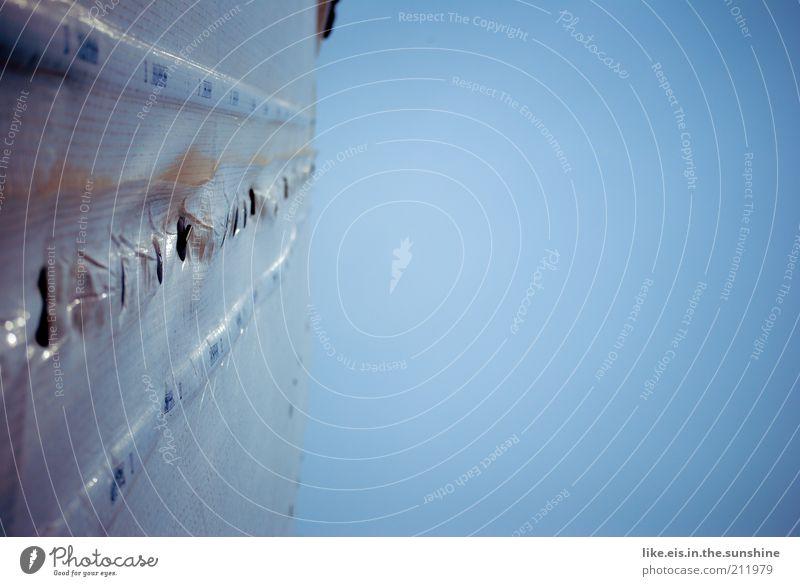 Endlich wird der Kasten renoviert. Baustelle Himmel Wolkenloser Himmel Mauer Wand Kunststoff blau grau Symmetrie Abdeckung Plastikhülle Loch Renovieren Folie