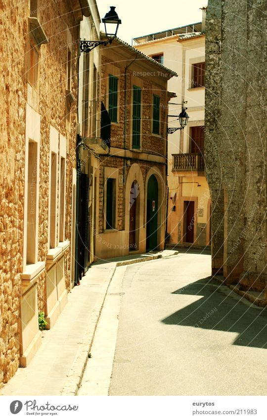 Siesta alt Sommer Ferien & Urlaub & Reisen ruhig Haus Straße Wand Stein Mauer Gebäude braun Architektur Fassade Tourismus Dorf Balkon