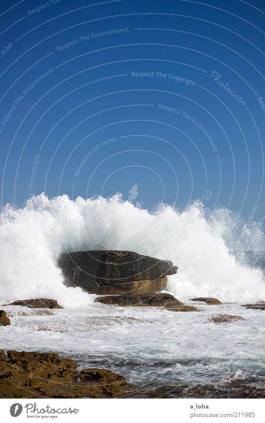 110 Wasser Meer blau Sommer Strand Bewegung Kraft Küste Wellen nass groß Felsen hoch wild Urelemente Schönes Wetter