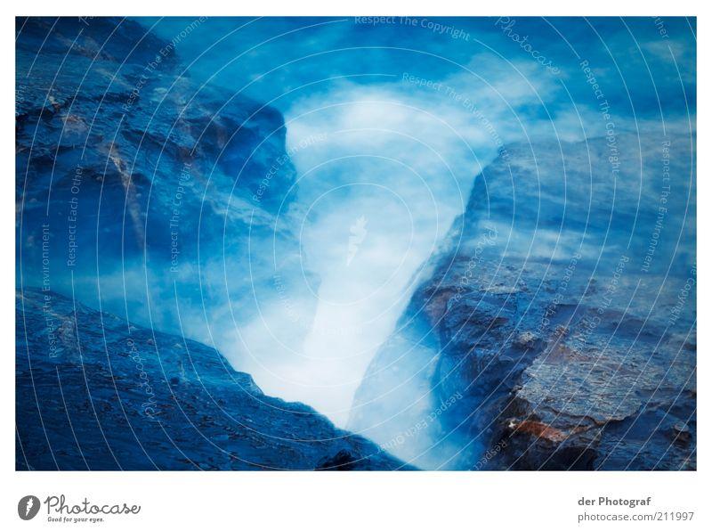 Die schäumende Schönheit Wasser blau Strand Stein Küste Wassertropfen Felsen fantastisch Gischt schäumen Felsküste