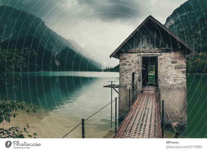 airB&B Umwelt Natur Landschaft Gewitterwolken schlechtes Wetter Unwetter Wind Regen Alpen Berge u. Gebirge Gipfel See dunkel Stimmung Gebirgssee Hütte Italien