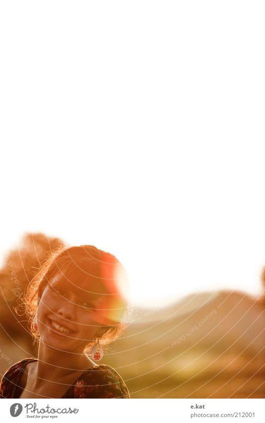 lächeln. Mensch Jugendliche Sommer Gesicht feminin Wärme Erwachsene weich Schönes Wetter Lächeln Porträt Gegenlicht Ohrringe Blendenfleck Junge Frau Perspektive