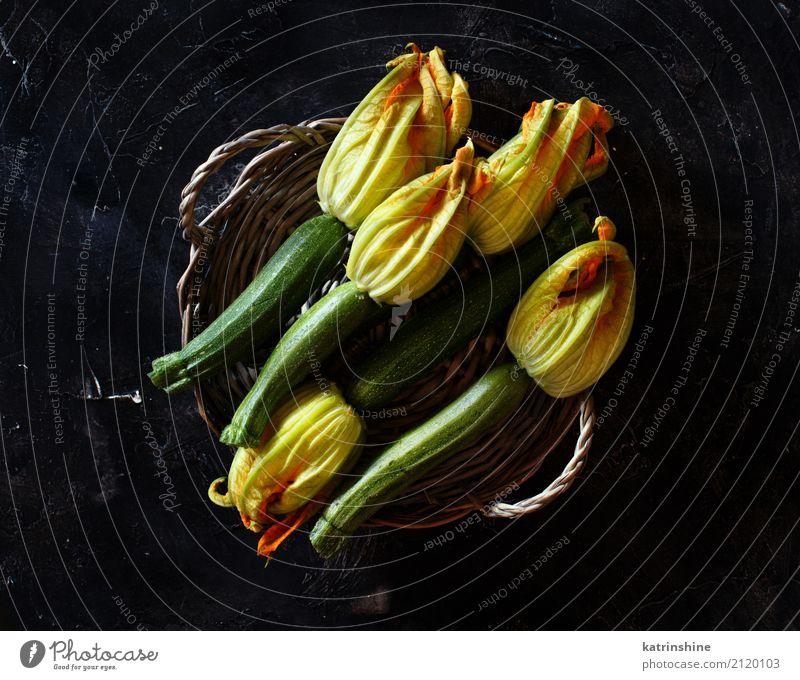Zucchini mit Blumen auf einer Draufsicht des dunklen Hintergrundes Lebensmittel Gemüse Ernährung Vegetarische Ernährung Tisch Menschengruppe dunkel frisch gelb
