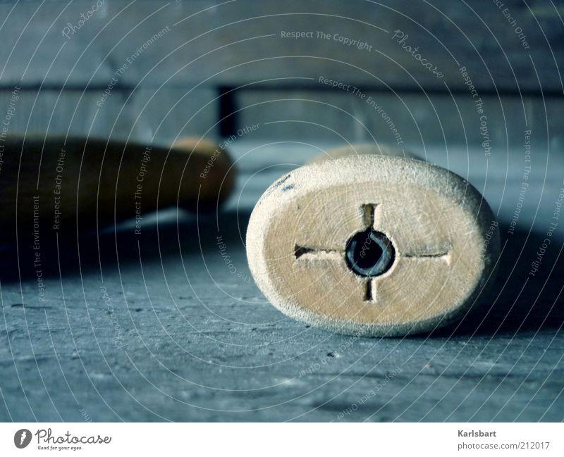 target. Freizeit & Hobby Basteln Werkzeug Holz Metall Zeichen Kreuz Linie Arbeit & Erwerbstätigkeit rund grau Perspektive Ziel Zukunft Messer zielen Tisch