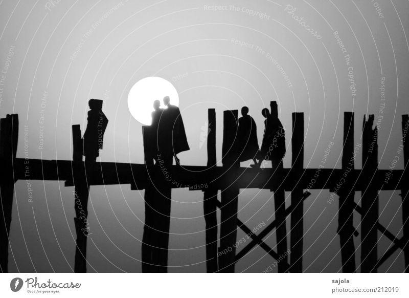 silhouettes of monks Ferien & Urlaub & Reisen Tourismus Mensch maskulin Mann Erwachsene 5 Menschengruppe Sonne Amarapura Myanmar Asien Südostasien Brücke