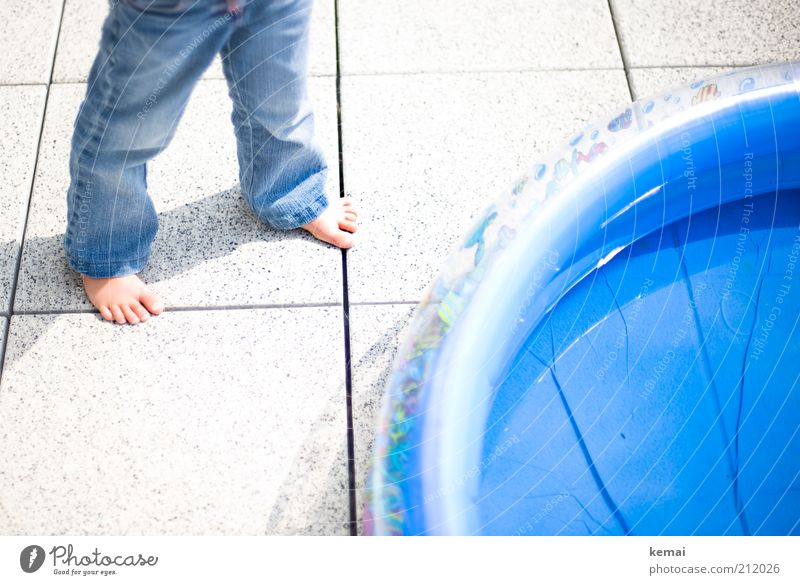 Baden Freizeit & Hobby Sommer Häusliches Leben Balkon Terrasse Mensch Kind Kleinkind Mädchen Kindheit Beine Fuß 1 1-3 Jahre Wasser Jeanshose blau Barfuß heiß