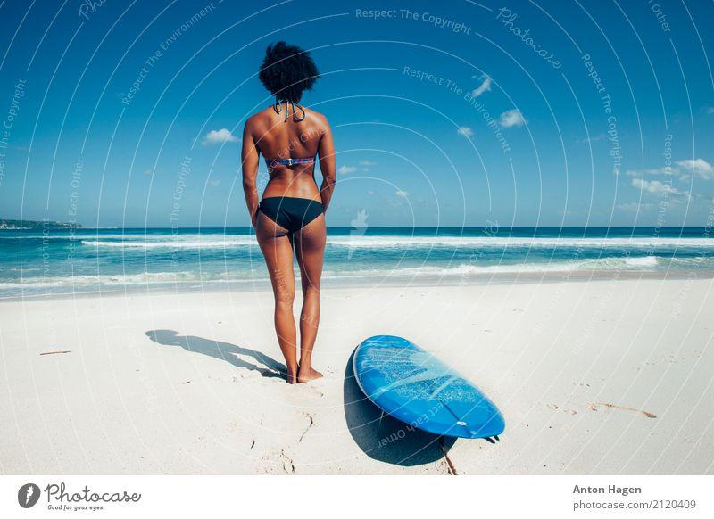 Surfermädchen auf dem weißen Sandstrand Mensch Ferien & Urlaub & Reisen Jugendliche blau Junge Frau grün Wasser Meer Wolken Strand 18-30 Jahre Erwachsene