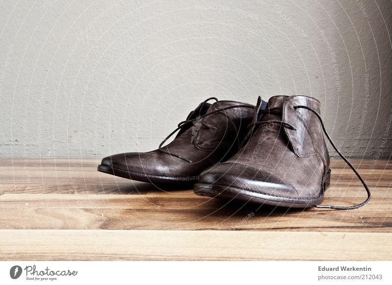 Vintage Shoes elegant Stil Design Mode Bekleidung Leder Schuhe ästhetisch altehrwürdig altmodisch Schuhbänder braun Parkett Laminat grau Wand Produktfotografie
