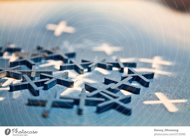 blaue Kreuze Dekoration & Verzierung Kunststoff Zeichen eckig einfach chaotisch Farbe Symmetrie Farbfoto Nahaufnahme Textfreiraum oben Schwache Tiefenschärfe