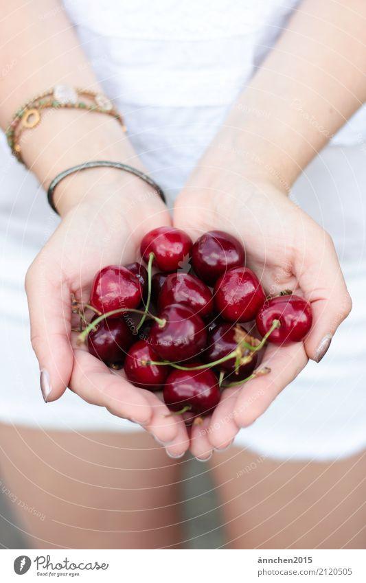 Kirschen in meiner Hand Frau Sommer Gesunde Ernährung Speise Foodfotografie Essen Gesundheit Lebensmittel Frucht Finger festhalten ansammeln Armband