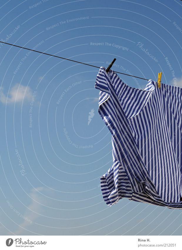 Abhängen Himmel Luft nass frisch Sauberkeit Streifen Hemd Schönes Wetter Wäsche gestreift trocknen Bildausschnitt Wäscheleine Reinheit Wäscheklammern