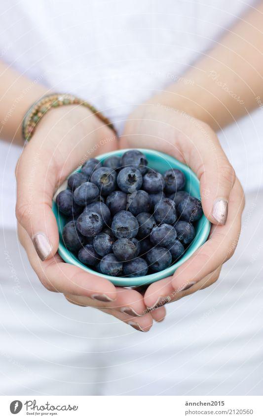 Blaubeeren III Gesunde Ernährung Speise Essen Foodfotografie Lebensmittel Gesundheit festhalten Hand Jugendliche Junge Frau Natur hell Außenaufnahme healty