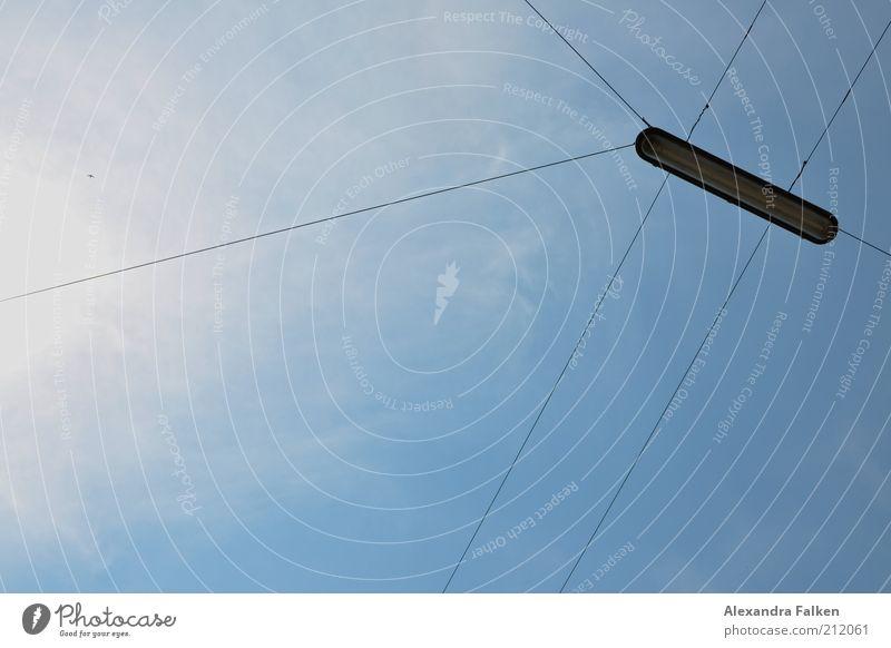 Kreuz und quer. Himmel Beleuchtung Lampe Straßenbeleuchtung Draht Kabel Leitung Halterung Wolken Elektrizität Erkenntnis Farbfoto Menschenleer Tag Freisteller