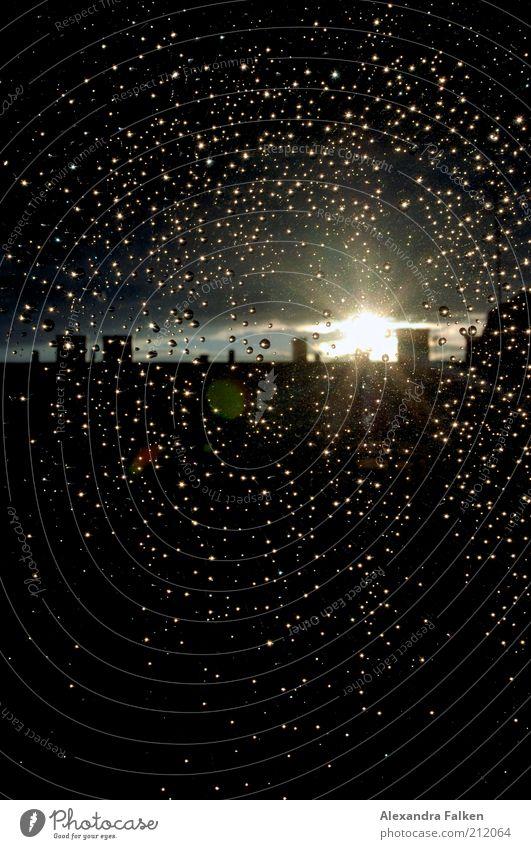 Da ist ein Licht am Ende des Regens. Natur Sonne Sommer dunkel Fenster Umwelt Regen Wetter Klima Hoffnung Dach Skyline Unwetter Abenddämmerung Schornstein Fensterscheibe