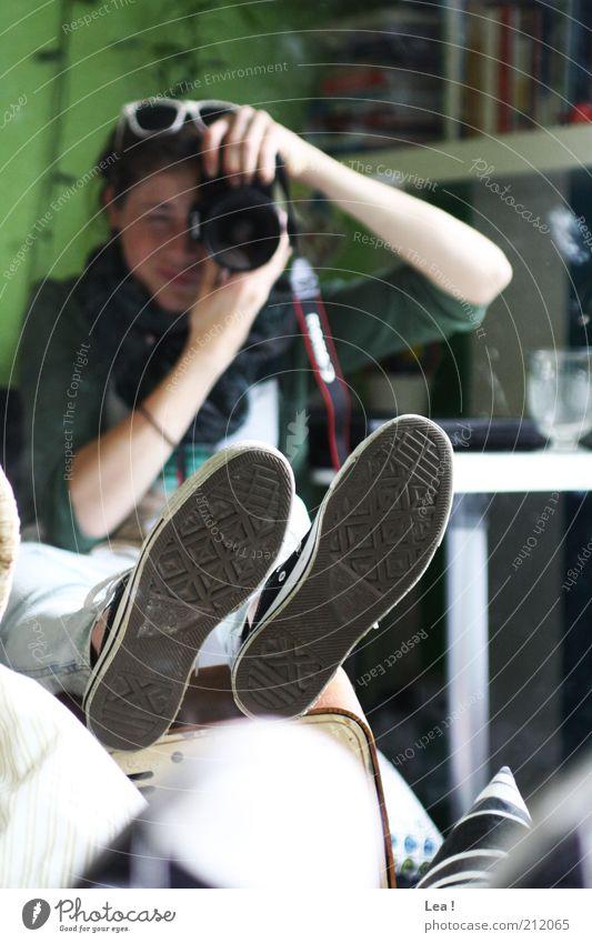 Kaugummifrei Fotokamera feminin Füße hoch 1 Mensch Spiegel Spiegelbild Schuhe Schuhsohle Blick sitzen Langeweile Gelassenheit Idee Farbfoto Innenaufnahme Tag