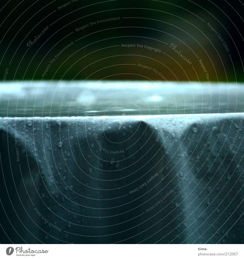 Kasulzke-Gedächtnisecke Wasser blau dunkel Regen Wetter nass Wassertropfen Tisch Tropfen Falte feucht Unwetter Pfütze Regenwasser Faltenwurf